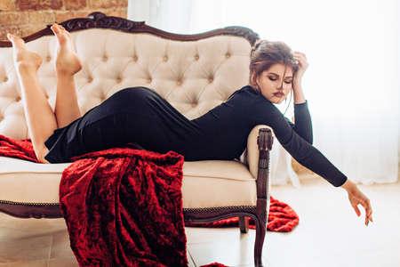 Ritratto di giovane e bella donna con il trucco in abiti di moda