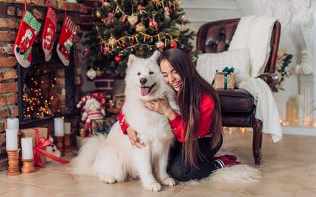 samoyed 거친 강아지와 함께 행복 한 소녀 ?? 크리스마스 장식