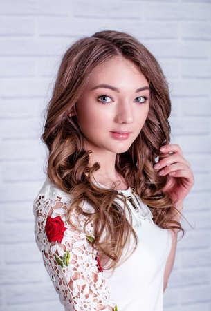 ファッション服で化粧をした美しい若い女性の肖像