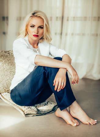 ブロンドの髪、赤い口紅の美しいファッション モデル女性。