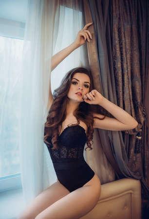 Sexy schöne Brünette Mädchen in Unterwäsche