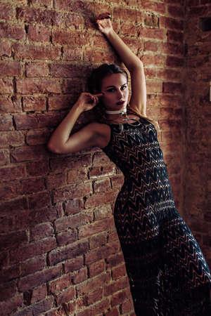 ファッションの服でメイクで美しい若い女性の肖像画
