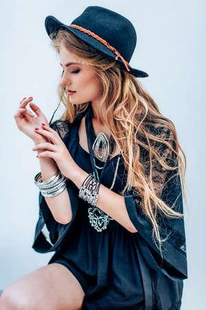 黒服でメイクで美しい少女の肖像画