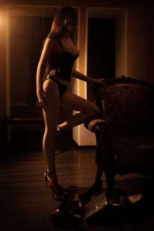 Sexy bela garota morena em roupa íngreme Foto de archivo - 88643094