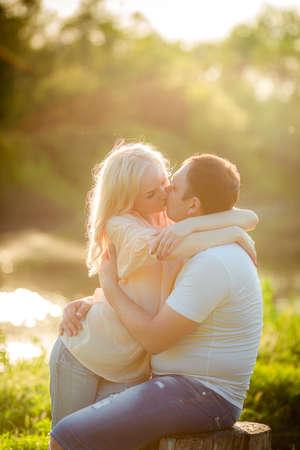 Jong paar verliefd op park gazon