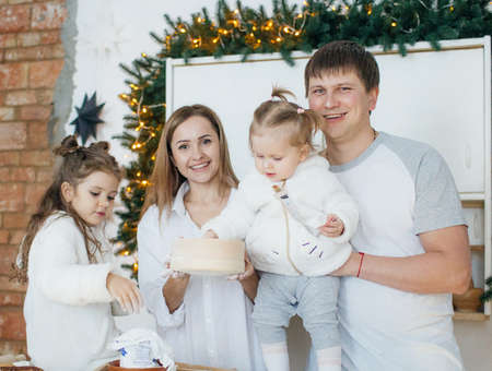 Big happy family baking with little daughters on a kitchen Banque d'images - 100773447