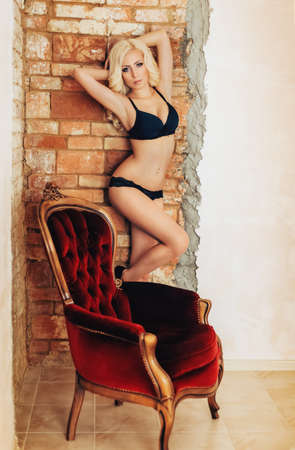 Sexy schönes blondes Mädchen in der schwarzen Unterwäsche