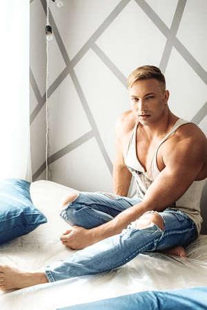 Junger muskulöser Mann Standard-Bild