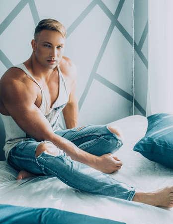 Junger muskulöser Mann