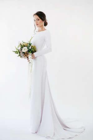 Belle fille brune avec un maquillage élégant en robe blanche Banque d'images