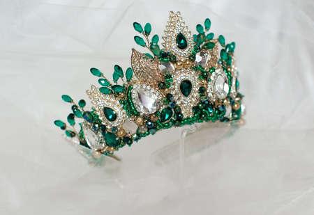Hermosa corona verde sobre un fondo gris para el diseño