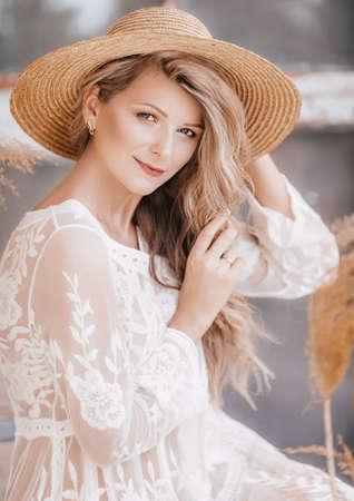 Portrait de belle jeune femme au chapeau Banque d'images