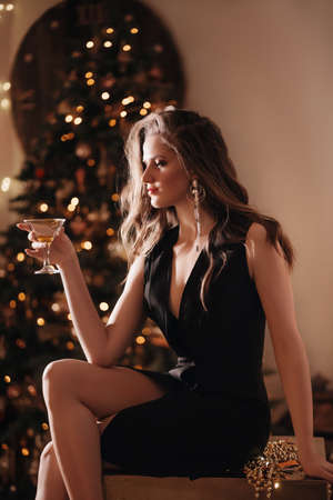 Happy Glamour Woman on a gold party. party people Imagens