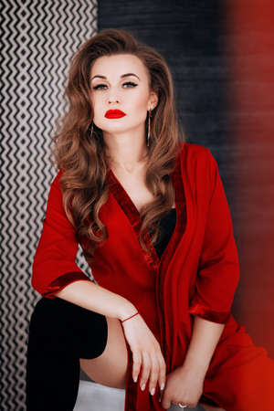 Sexy mooie vrouw in rode kledingassortiment. Stock foto. Stockfoto