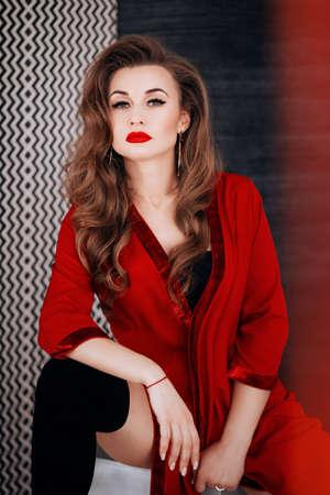 Sexy mujer hermosa en ropa interior roja. Foto de stock. Foto de archivo