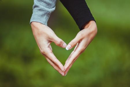 making love: El hombre y la mujer con las manos y el coraz�n haciendo el amor