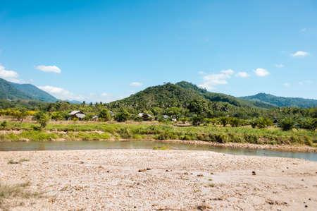 proceeds: Vista panor�mica del peque�o r�o pasa a trav�s de colinas