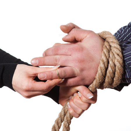 woman trapped her boyfriend with a rope and put the ring photo