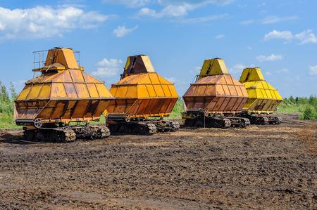 turba: maquinaria agr�cola en la extracci�n de turba campo