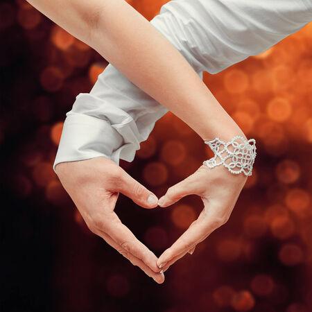 haciendo el amor: Hombre y mujer con las manos y haciendo el coraz�n del amor Foto de archivo