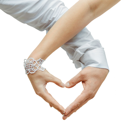 making love: Hombre y mujer con las manos y haciendo el amor coraz�n aislado en fondo blanco