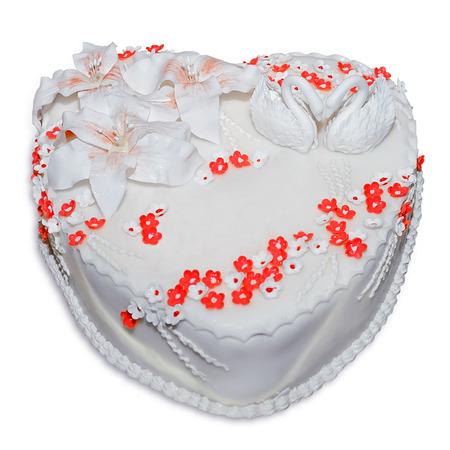 tortas de cumpleaños: pastel de bodas decorada con figuras de cisnes, aislado