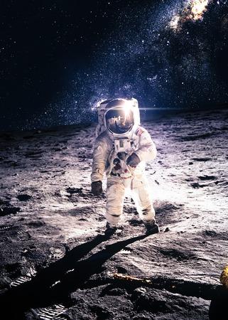 sol y luna: Astronauta en la luna Foto de archivo