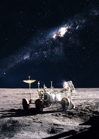 月面の宇宙飛行士 写真素材 - 38468135