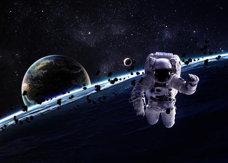 astronaut: Astronauta en el espacio exterior.