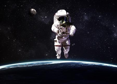 astronauta: Astronauta en el espacio exterior contra el telón de fondo del planeta tierra. Foto de archivo