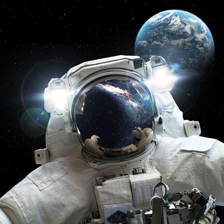 Astronauta en el espacio exterior contra el telón de fondo del planeta tierra. Foto de archivo
