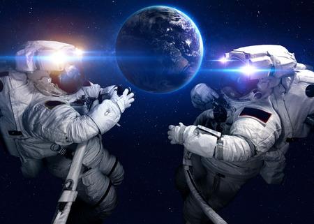 astronomie: Astronaut im Weltraum vor dem Hintergrund des Planeten.
