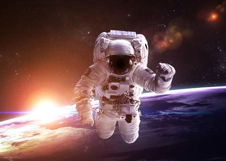 raumschiff: Astronaut im Weltraum vor dem Hintergrund des Planeten.