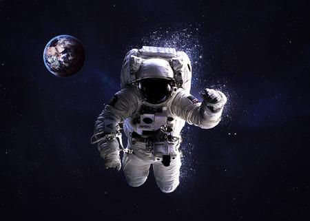 우주 공간에서 우주 비행사.