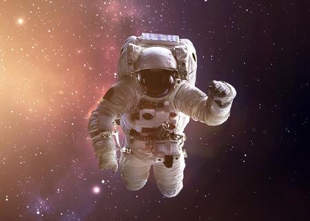 열린 공간에서 NASA의 우주 비행사를 보여주는 다채로운 샷. 스톡 콘텐츠