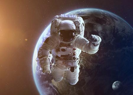 astronauta: Tiro colorido que muestra el astronauta de la NASA en el espacio abierto cerca de la Tierra.