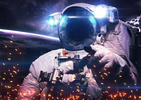 宇宙空間で宇宙飛行士。