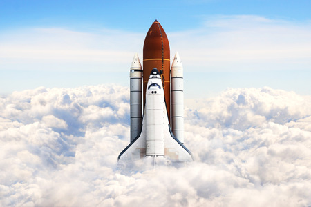 mision: El transbordador espacial despegando en una misi�n. Foto de archivo
