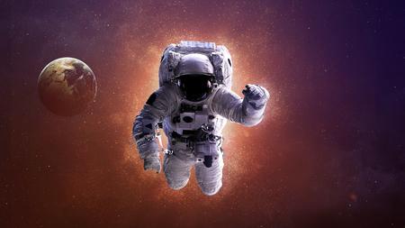 astronauta: El astronauta en el espacio exterior. de esta imagen proporcionada por la NASA.