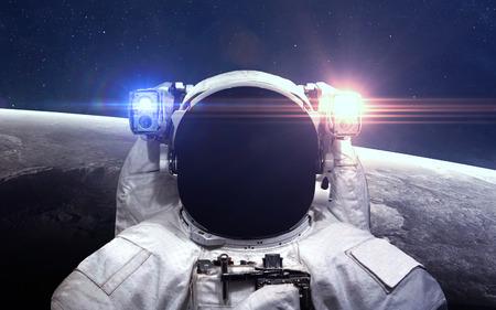 El astronauta en el espacio exterior. Paseo espacial. Foto de archivo