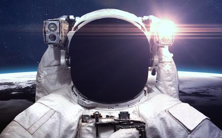 Astronauta w przestrzeni kosmicznej. Spacewalk. Zdjęcie Seryjne