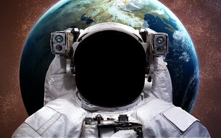 astronauta: El astronauta en el espacio exterior. Paseo espacial.