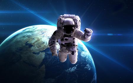 행성의 배경으로 우주 공간에서 우주 비행사.