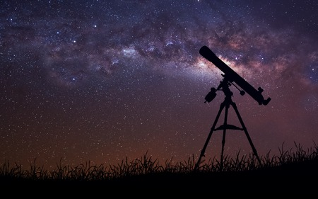 astronomie: Unendlicher Raum Hintergrund mit Silhouette des Teleskops.