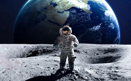 月面船外活動で勇敢な宇宙飛行士。 写真素材