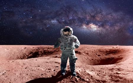 astronauta valiente en la caminata espacial en el Marte.