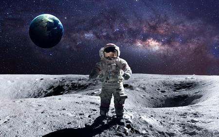 Astronauta valiente en la caminata espacial en la luna. Foto de archivo - 50432664