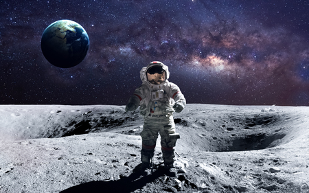 Dzielny astronauta na spacewalk na Księżycu. Zdjęcie Seryjne