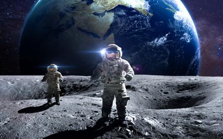 달에 우주 유영에 용감한 우주 비행사. 스톡 콘텐츠