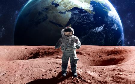 astronauta valiente en la caminata espacial en el Marte. Foto de archivo
